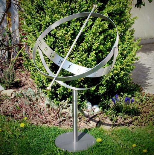 Elegante sonnenuhr aus edelstahl milenium for Gartendeko in edelstahl