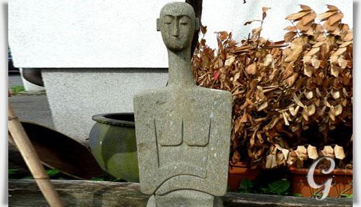 moderne gartenskulptur mensch aus naturstein kahdishu. Black Bedroom Furniture Sets. Home Design Ideas