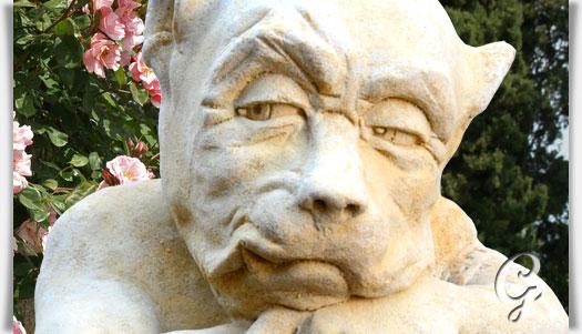 Devonshire gargoyle mit schwert krimhold for Gartenfiguren stein