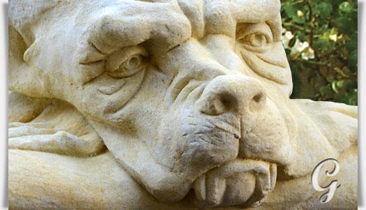 Mauerhocker gargoyle gartenskulptur malcom for Figuren aus sandstein