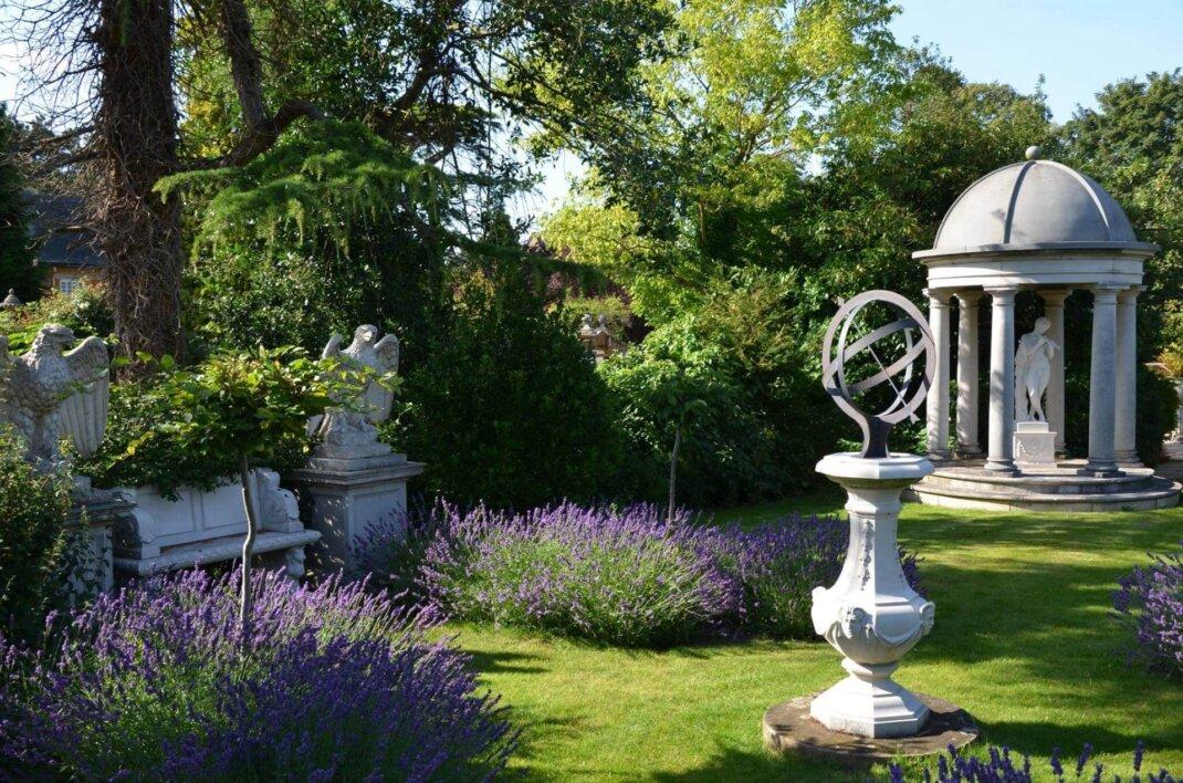 sonnenuhr-skulpturen-pavillon-antik-klassisch