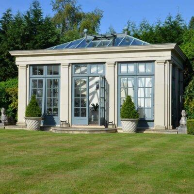 Gartenhaus mit großen Fenstern