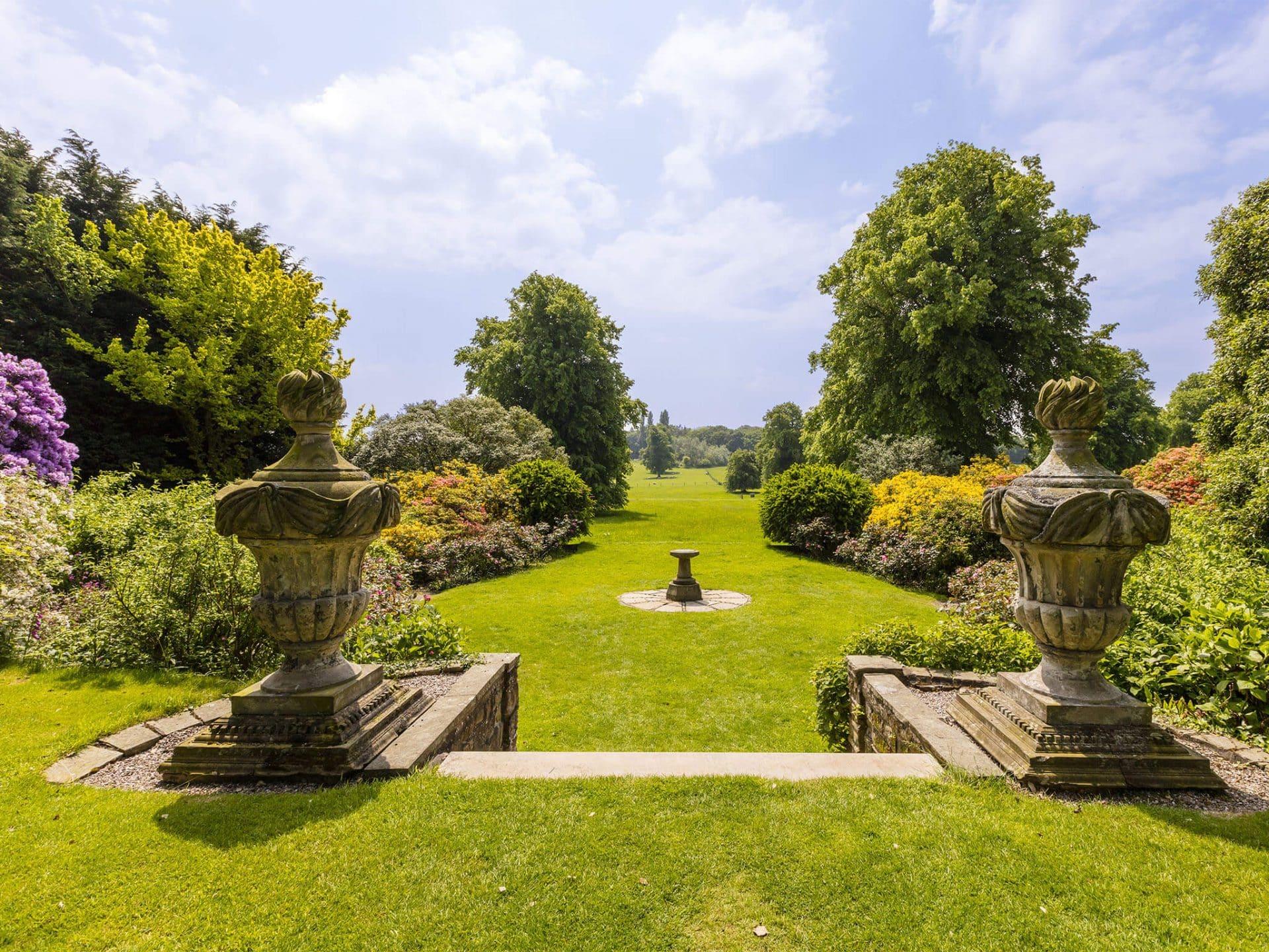 Große Rasenfläche mit Sonnenuhr als Highlight