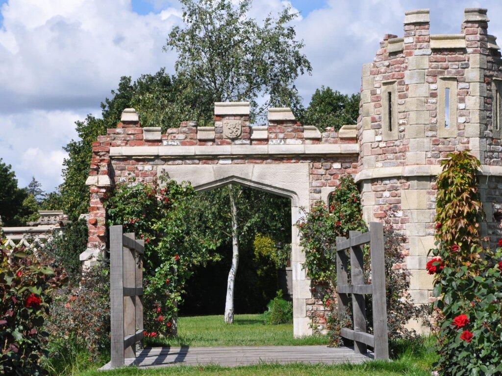 Gartenruine mit Torbogen und Brücke
