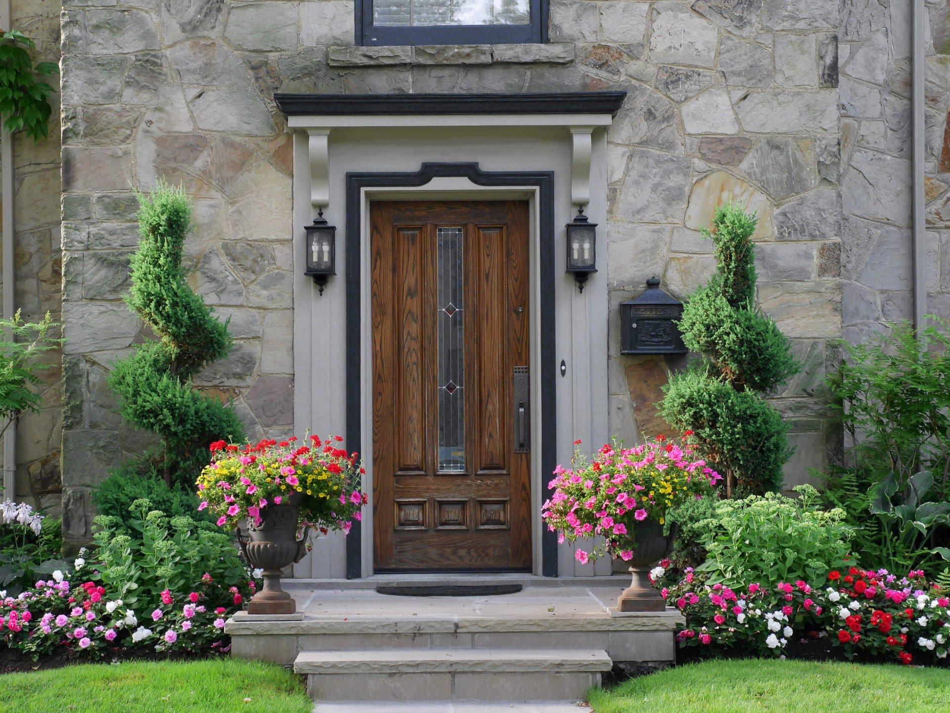 Haustür mit Pflanzgefäßen