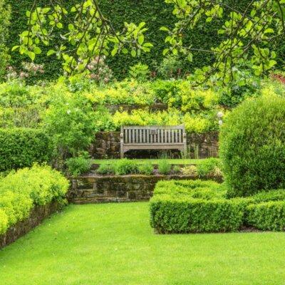 Gartenbank mit Blick über die Rasenfläche © Fotolia.com