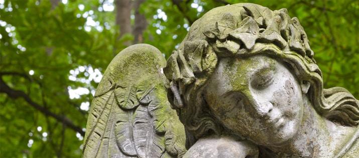 Stein-Skulptur-Gruenbelag