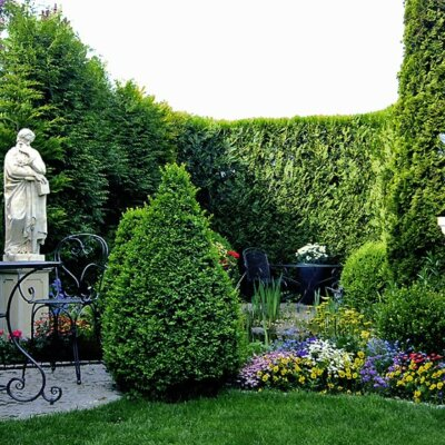 Sonnenuhr & Skulptur als Highlights im Garten