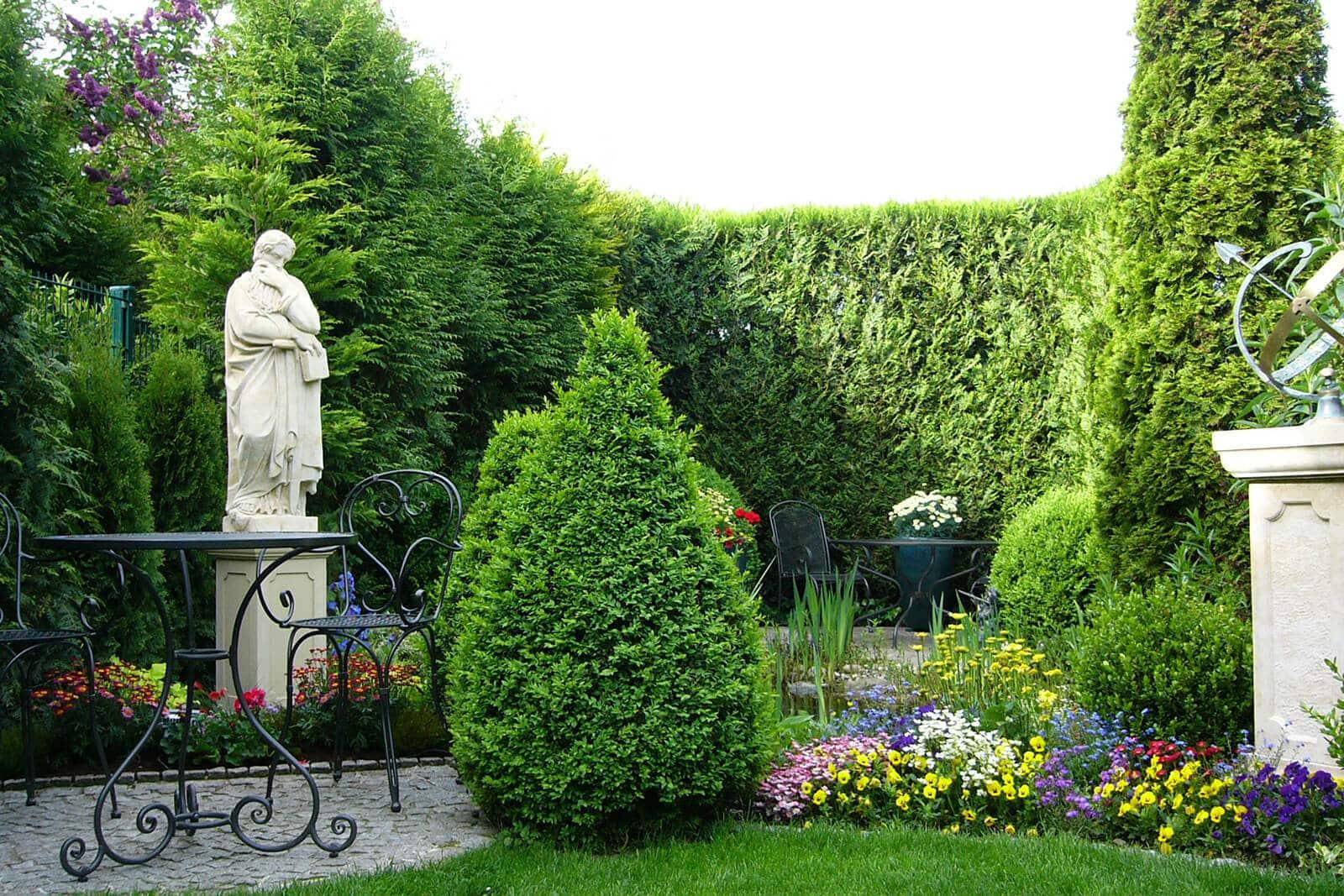 gartengestaltung-sonnenuhr-skulptur-hecke-kleiner-garten