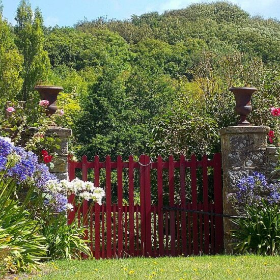 Gartentor mit Amphoren im Cottage Stil