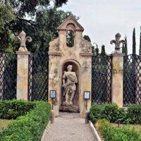 Ädikula mit Skulptur