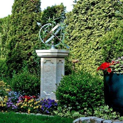 Kleiner Garten mit Sonnenuhr als Highlight © Gartentraum.de - Kundenfoto