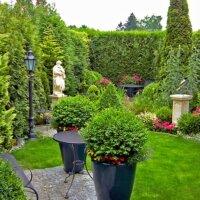 Kleiner Garten mit Skulptur als Highlight