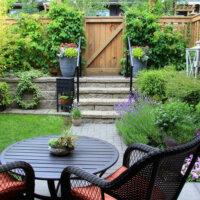 Gemütliche Sitzecke im kleinen Garten