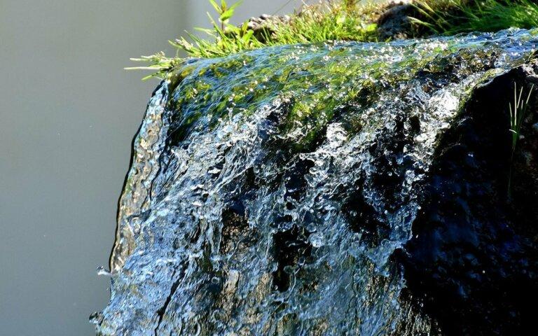 Wasserspiele im Garten aus Naturstein & Edelstahl – 20 Ideen & Bilder