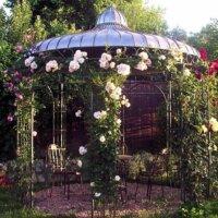 Pavillon mit Rosen-Ranken © Gartentraum.de