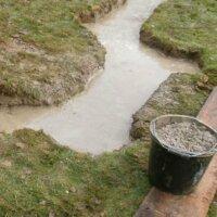 6. Schritt: Fundament mit Beton ausgießen