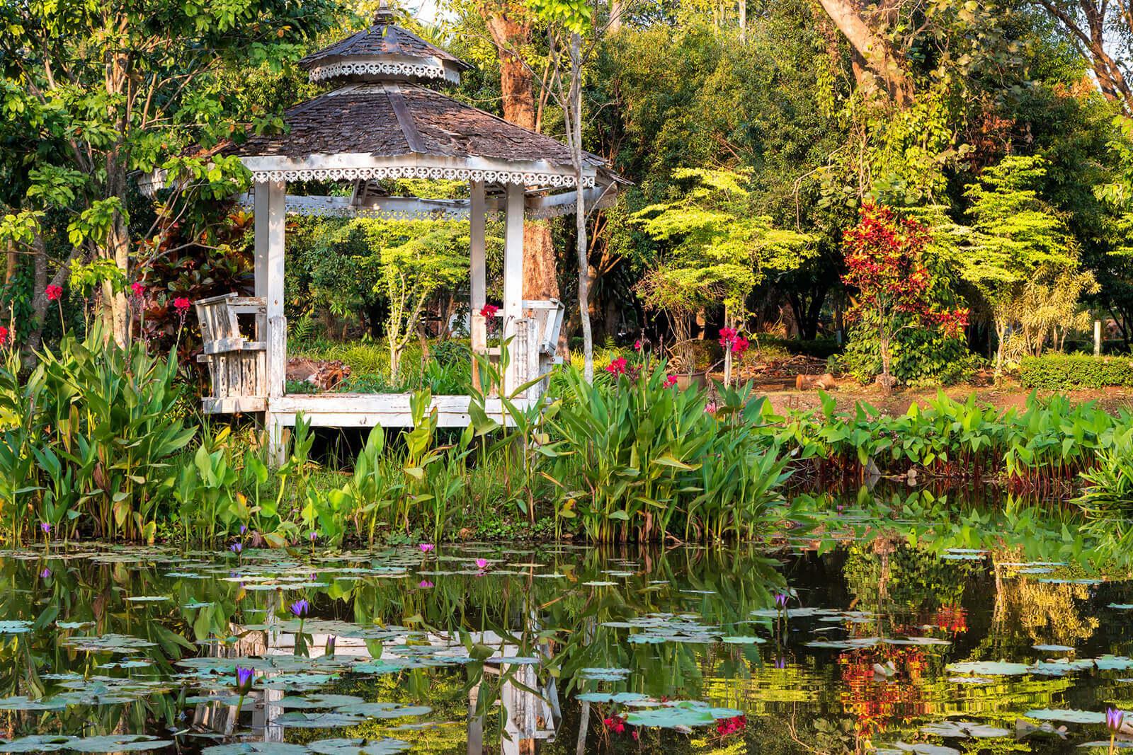 Pavillon-Gartenteich-ruine-zerfallen-romantisch