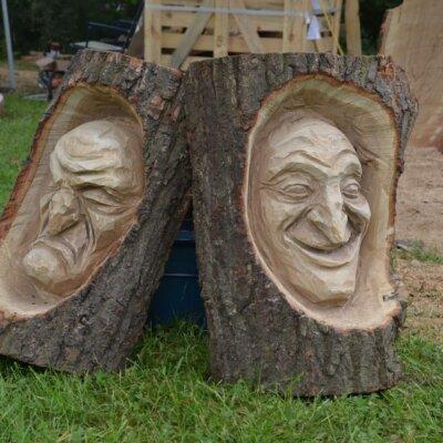 Gesichter in einen Stamm geschnitzt