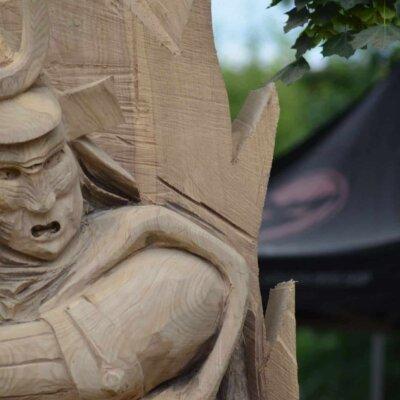 Holzskulptur eines Samurai