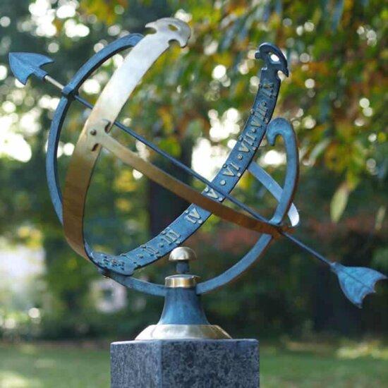 Minimalistische Sonnenuhr aus Bronze © Gartentraum.de