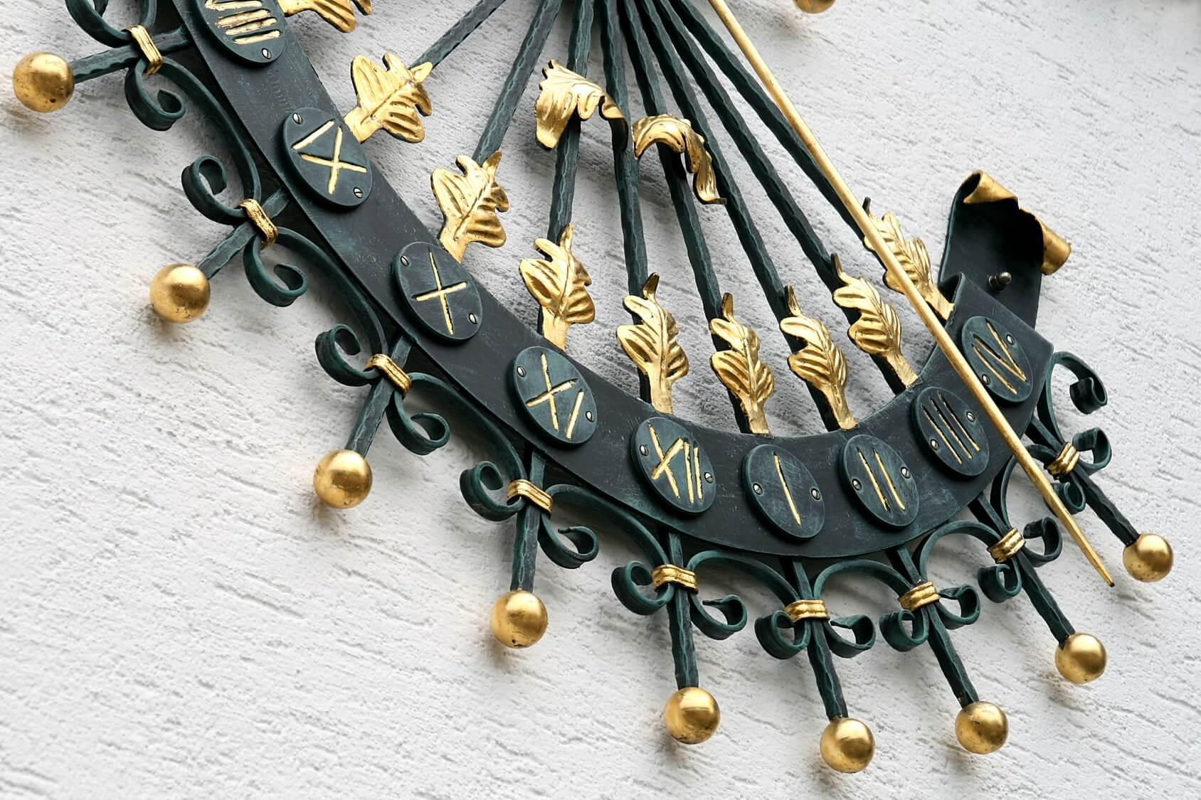 Wandsonnenuhr-Bronze-Gold-ausrichten