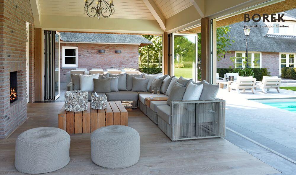 Loungemöbel im Zusammenspiel mit einem Outdoor Kamin | © BOREK