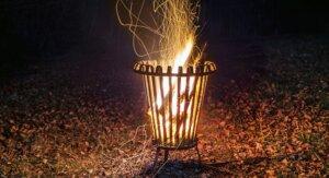Hoher Feuerkorb für den Garten