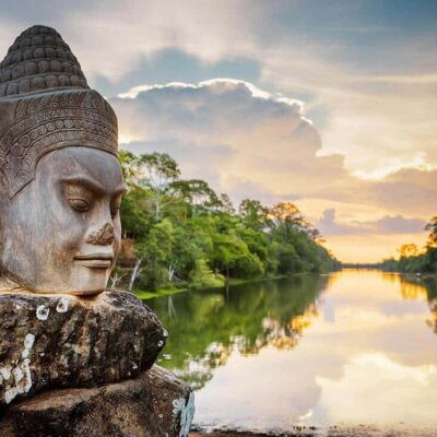 Statue vor ruhigem Fluss