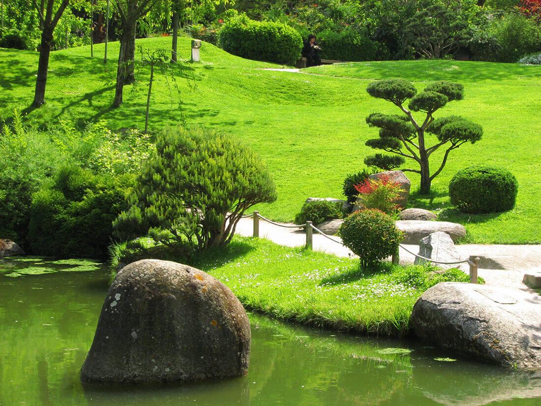 Angelegte Wege stehen unmittelbar in Zusammenhang mit dem Chi Fluss eines Feng Shui Gartens.