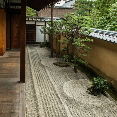 Kiesbett im Zen Garten eines Hauses