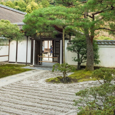Kiesbett im Zen Garten als Entspannungsort © forcdan - Fotolia.com