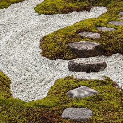 Kiesbett im Zen Garten und Weg aus Steinen