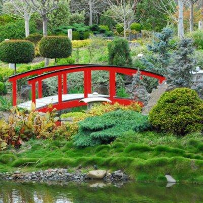 Rote Brücke in aufwändig gestaltetem Garten © Fotolia.com