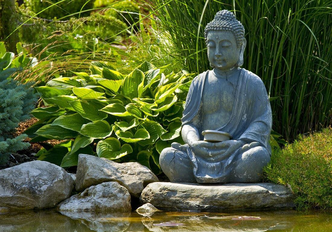 Buddha Figur als belebendes Zeichen für den Feng Shui Garten nach den 5 Bagua Feldern: Sinnbild für Reichtum & Wohlstand.