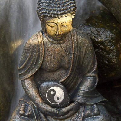 Buddha-Figur mit Yin und Yang