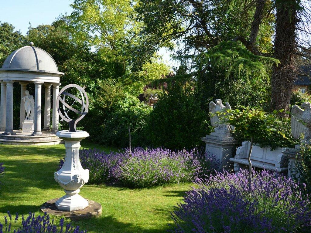 sonnenuhr-skulptur-gartenbank-steinadler-pavillon