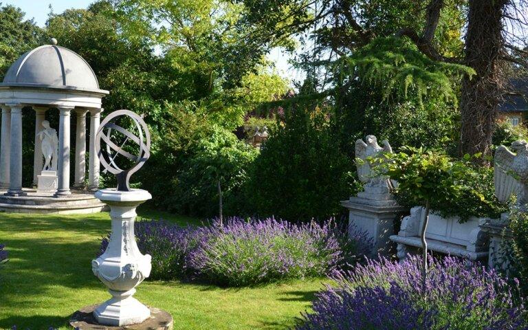 Sonnenuhr im Garten aufstellen  ausrichten & berechnen