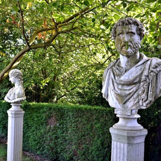 Antike Skulpturen als Gartendekoration