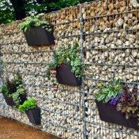 Vertikaler Garten an einer Steinwand