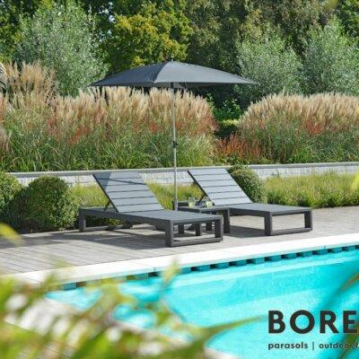 Moderne Sonnenliegen für den Pool
