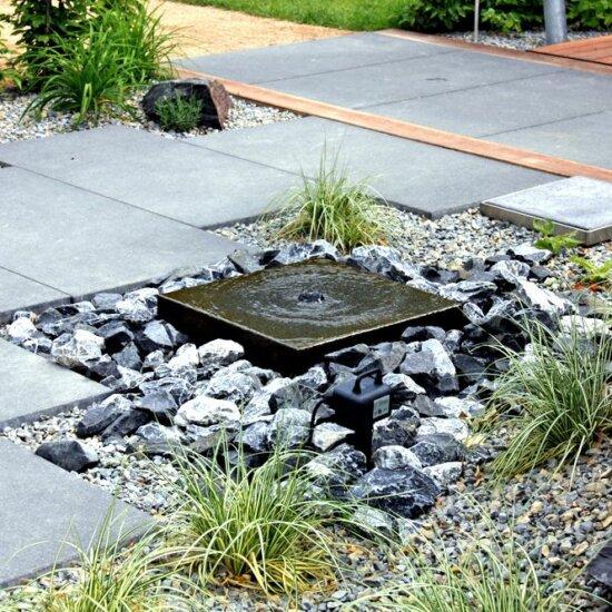 Moderner Gartenbrunnen als Quellstein