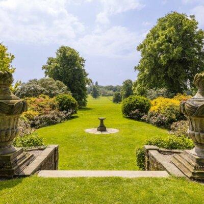 Englische Gartengestaltung mit viel Rasenfläche