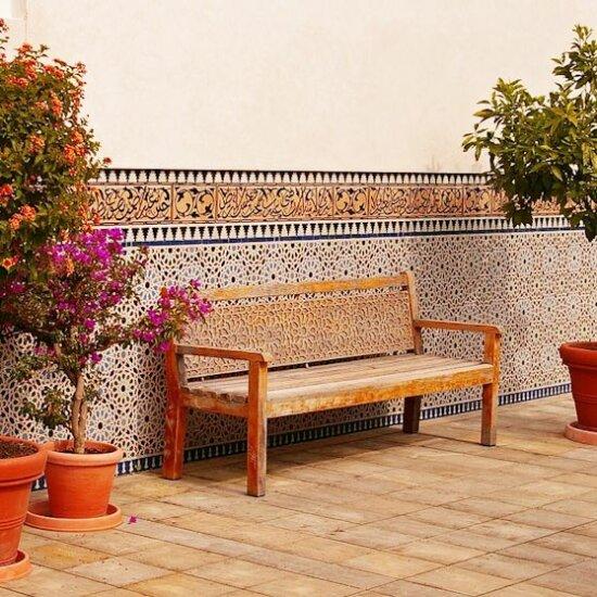 Gartenbank vor einer typisch orientalisch gestalteten Wand