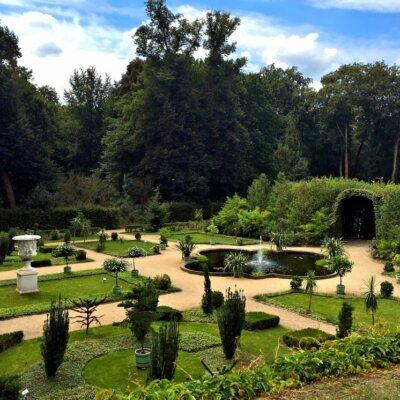 Gartengestaltung mit hellen Wegen und sattem Grün © Fotolia.com