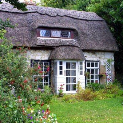 Englisches Landhaus mit wild wachsendem Cottage Garten