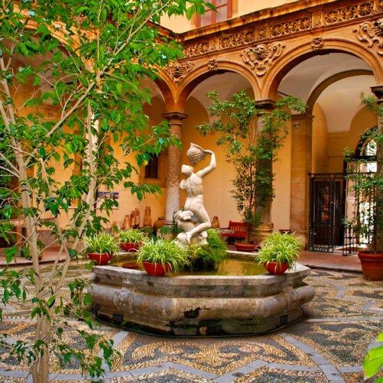 Gartenbrunnen im kleinen Innenhof