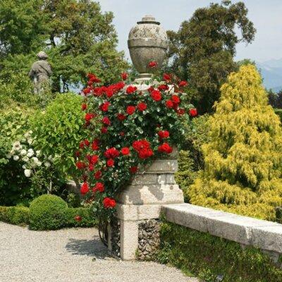 Bekrönung aus Stein von Blumen umgeben