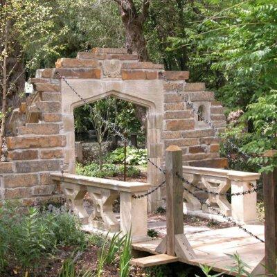 Englische Gartenruine mit Brücke