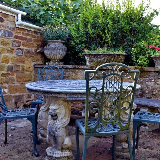 Gartentisch aus Stein & Gartenstühle aus Eisen